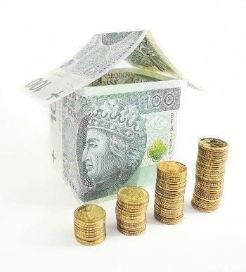 domek z banknotów i monet
