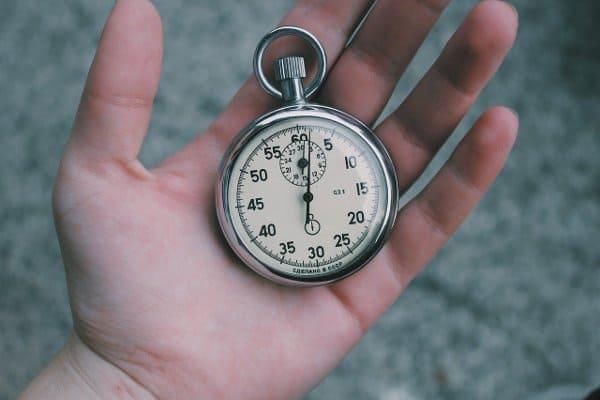 stary zegarek w dłoni