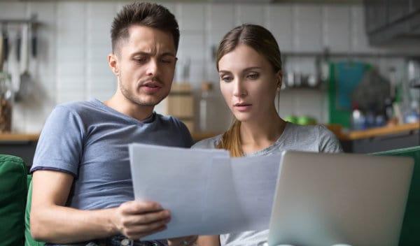 kobieta i mężczyzna analizują dokumenty
