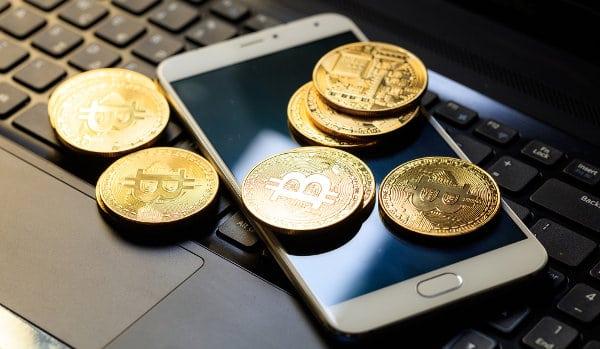 monety leżą na telefonie komórkowym
